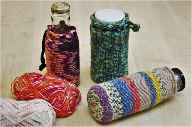 Stricke aus Wollresten eine kreative Hülle für deine Spardose.