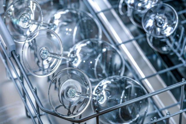 Lasse das Geschirr und die Gläser vor dem Ausräumen der Spülmaschine etwas abkühlen.