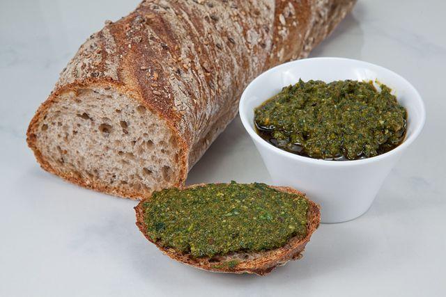 Gierschpesto passt zu Nudeln, Reis und frischen Brot.