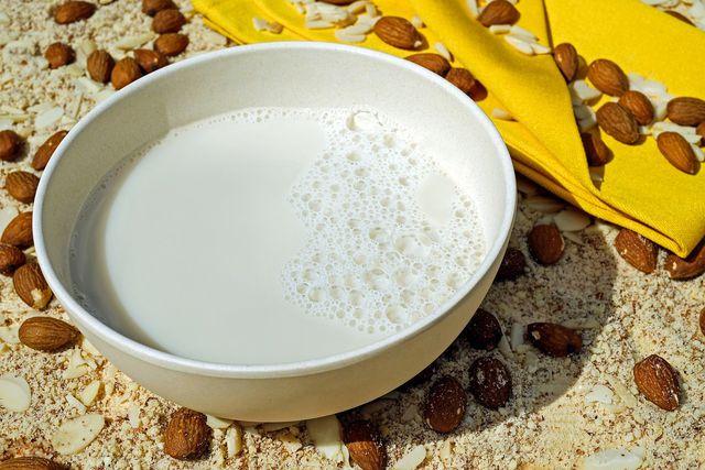 Pflanzendrinks kannst du je nach Belieben aus Mandeln, Haselnüssen, Hafer-, Dinkelflocken & Co. selbst herstellen.