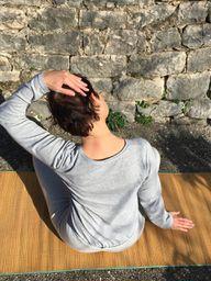 Nach dem Muskeltraining den Nacken dehnen.