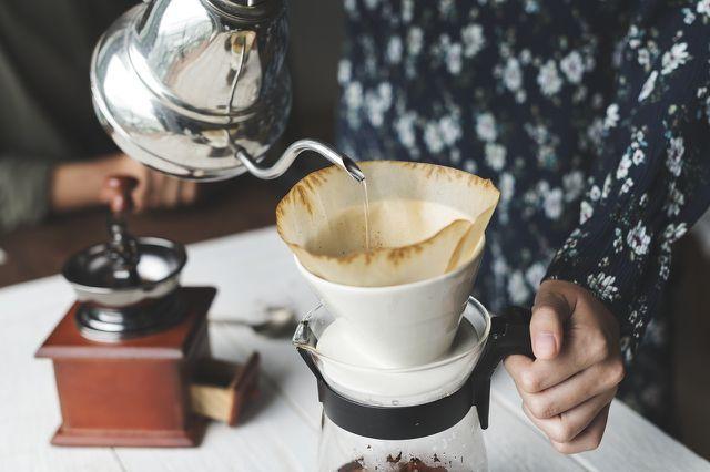 Für Handkaffeemühlen benötigst du keine Pads oder Kapseln.