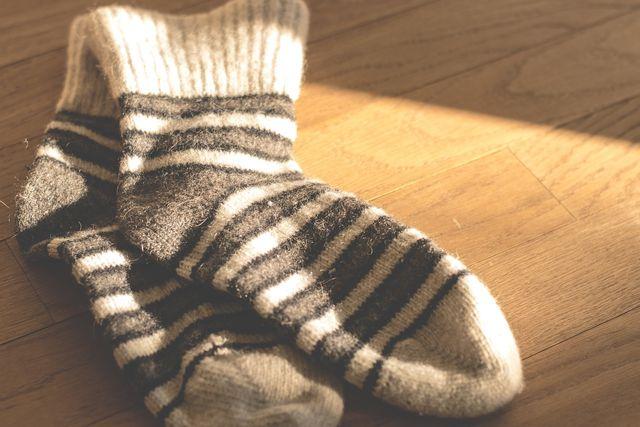 Warme Socken lassen die Fußmaske einwirken und halten die Füße warm