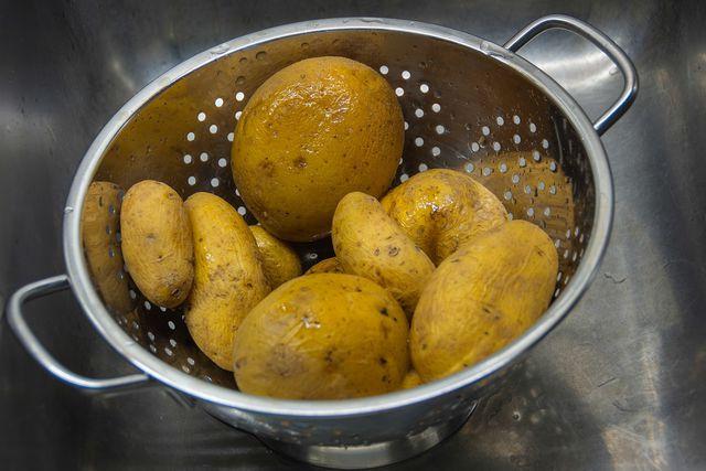 Koche die Kartoffeln für den Rosenkohl-Auflauf bereits am Vortag, um Zeit zu sparen.