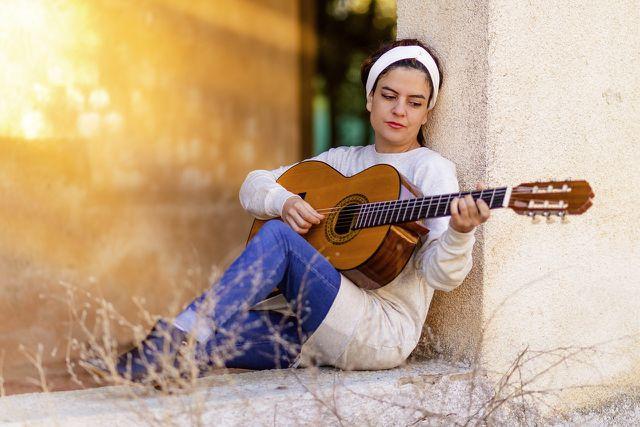Du hast Freude am Gitarre spielen? Dann baue diese Aktivität regelmäßig in deinen Alltag ein, um positives Denken zu fördern.