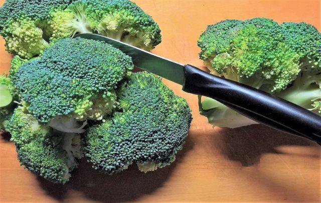 Für den Quinoa-Salat Brokkoli kleinschneiden.