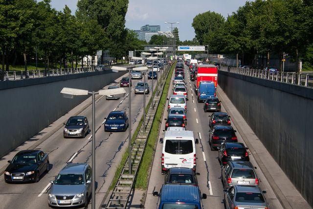 Stickoxide entstehen durch Autoabgase.