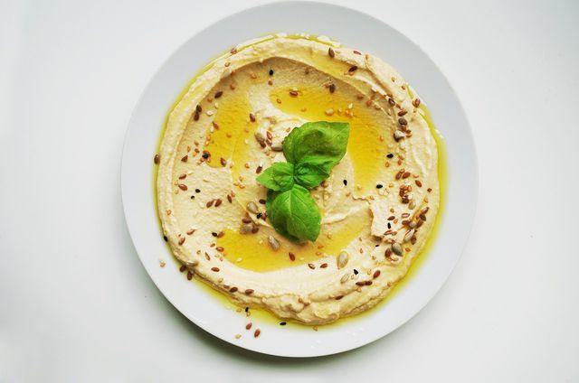 Hummus oder eine vegane Joghurtsoße passen gut zu unserem Bulgurpfannen-Rezept.