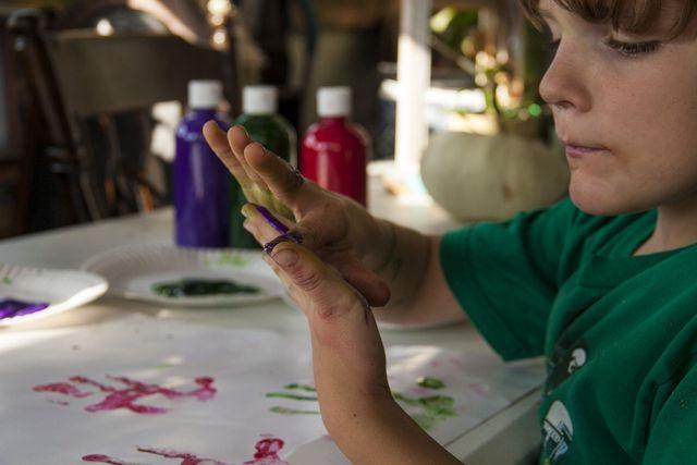Mit Fingerfarben zu malen ist ein großer Spaß für Kinder.