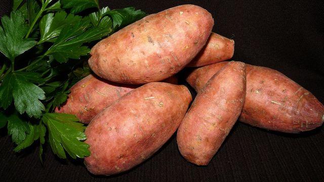 Süßkartoffeln und Koriander bilden die Basis für eine leckere asiatische Suppe.