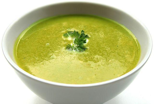 Grün, grün, grün: An heißen Sommertagen kann eine kalte Erbsensuppe erfrischen.