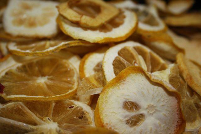 Getrocknete Zitronenschalen sind auch als Grundlage für viele Lebensmittel geeignet.