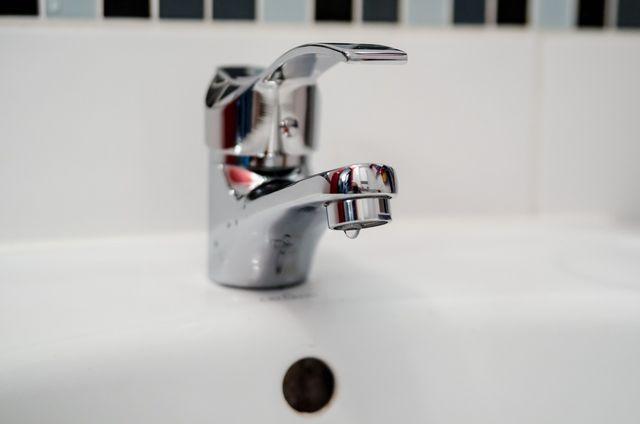 Für die Augendusche eignen sich sterile Kochsalzlösung und warmes Leitungswasser.