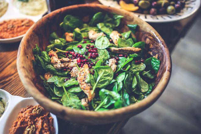 Salat mit geratener Hüherbrust enthält wenig Purine.
