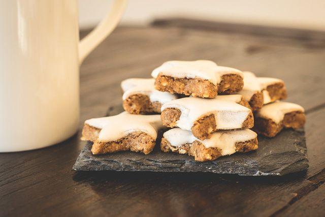 Zimtsterne mit Datteln statt raffiniertem Zucker sind eine gesunde weihnachtliche Süßigkeit.