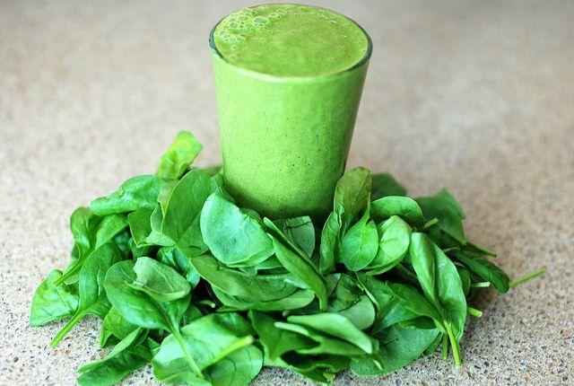 Spinat enthält unter anderem viel Folsäure und Eisen.
