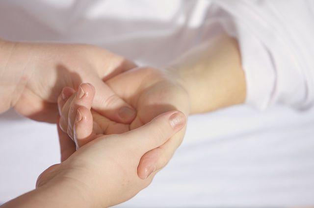 Eine Tuina-Massage arbeitet viel mit Druck und schiebenden Bewegungen.