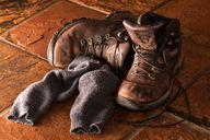 Öffne immer die Schnürsenkel, wenn du dir die Schuhe ausziehst.