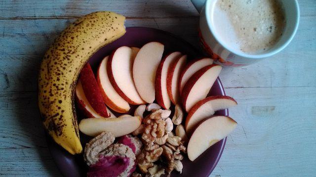 Belegen kannst du Süßkartoffeltoast unter anderem mit Bananen, Äpfeln und Nüssen.