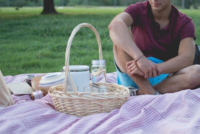 Ein Picknick ohne Plastik ist eine schöne und nachhaltige Freizeitidee.