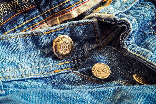 Eine Jeans solltest du so selten wie möglich waschen.