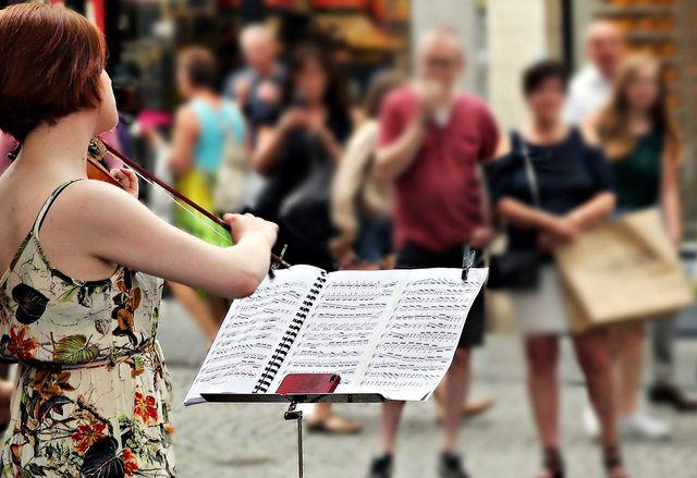 Mit Straßenmusik kannst du Spenden sammeln.