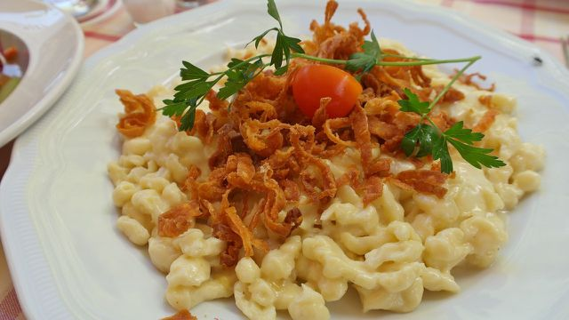 Käse-Spätzle sind besonders im Süden Deutschlands ein typisches und beliebtes Hauptgericht.