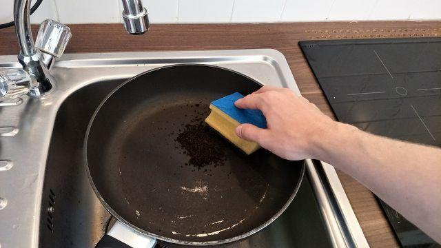 Mit Kaffeesatz kannst du putzen, anstatt Scheuermilch zu verwenden.