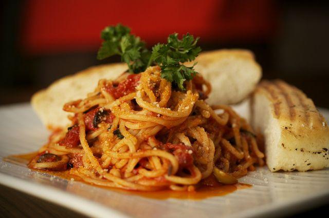 Du kannst den Tomaten-Aufstrich auch als Pesto verwenden.