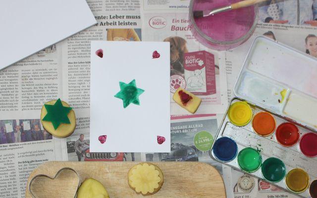 Fertige Geschenkkarten mit dem Kartoffelstempel an.