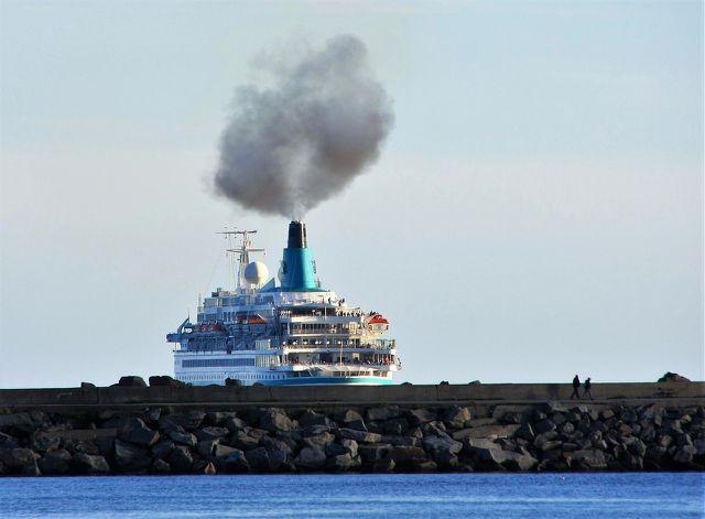 Kreuzfahrtschiffe verbrennen organische Materialien und setzen dadurch CO2 frei.