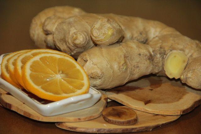 Ingwer und Zitronen sind selbstverständlich die Hauptzutaten für den Sirup.