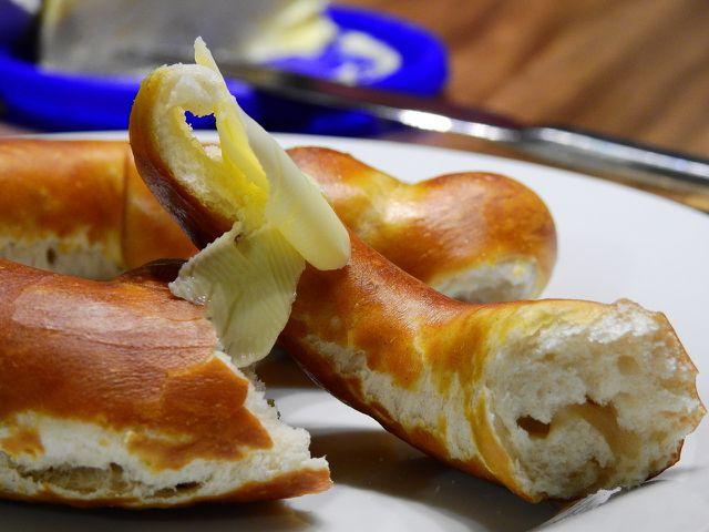 Am besten schmecken deine Brezen frisch und mit etwas Butter oder Margarine.