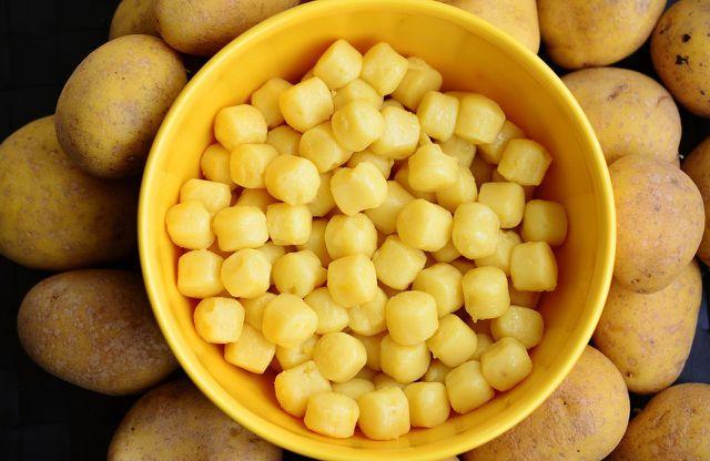 Aus Kartoffelbrei werden Gnocchi.