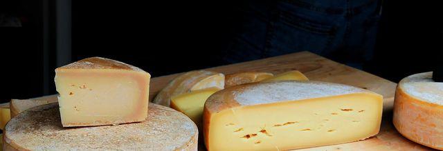 Hartkäse gehört zu den laktosefreien Lebensmitteln.