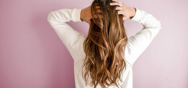 Haare stylen mit Haarspray Hitzeschutz und Schaumfestiger
