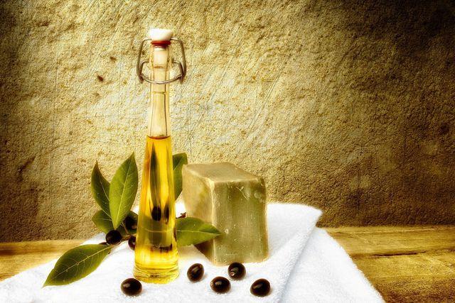 Olivenöl verhindert, dass deine Haut austrocknet.