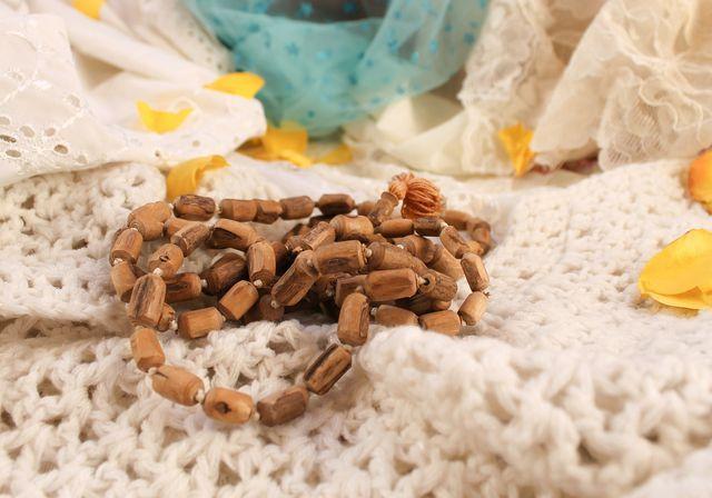Eine Mala ist eine Gebetskette mit 108 Perlen. Mit dieser kannst du die Wiederholungen deines Mantras mitzählen.