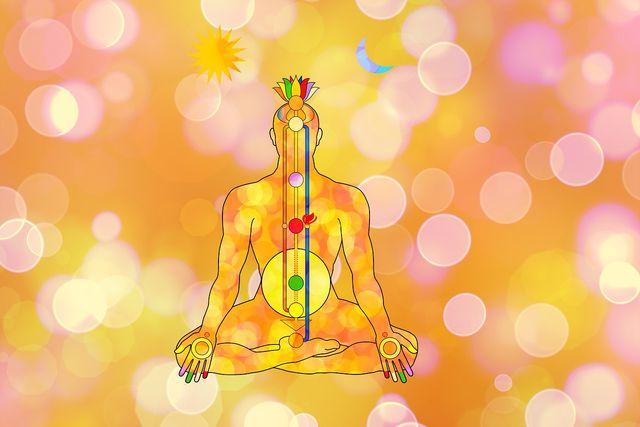 Mit einer Chakra-Meditation kannst du die Chakren öffnen und Blockaden lösen.