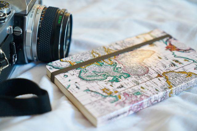 Kamera und Notizbuch sind wichtige Werkzeuge eines Journalisten.