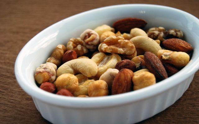 Leckere Nüsse und Kerne schmecken während und nach dem Raclette.