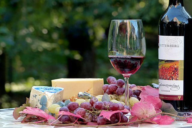 Rotwein und alter Käse enthalten besonders viel Histamin.