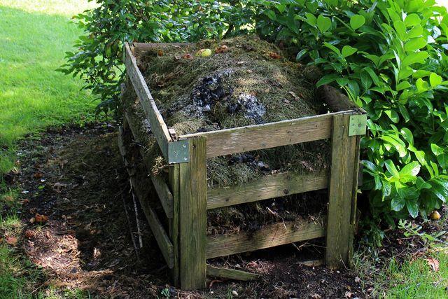 Mit einem offenen Kompost kannst du einer Schlange im Garten neuen Lebensraum schaffen.