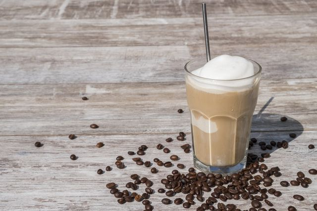Eiskaffee kannst du auch mit Schokolade selber machen.