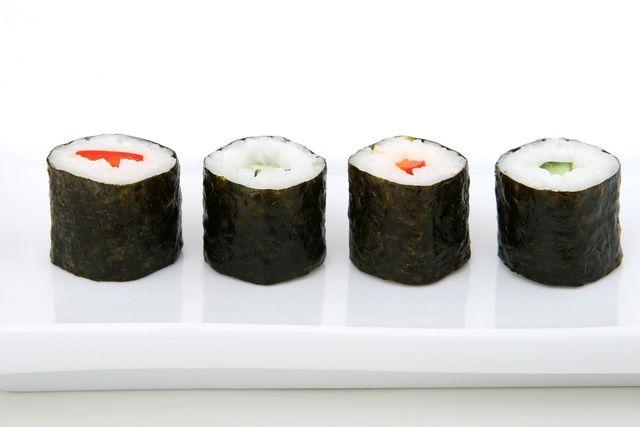 Vegetarisches Sushi mit Möhre und Gurke ist nachhaltig und lecker.