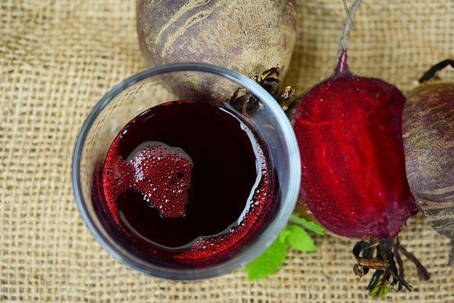 Das Kochwasser der Roten Bete fügt dem Smoothie Flüssigkeit hinzu.