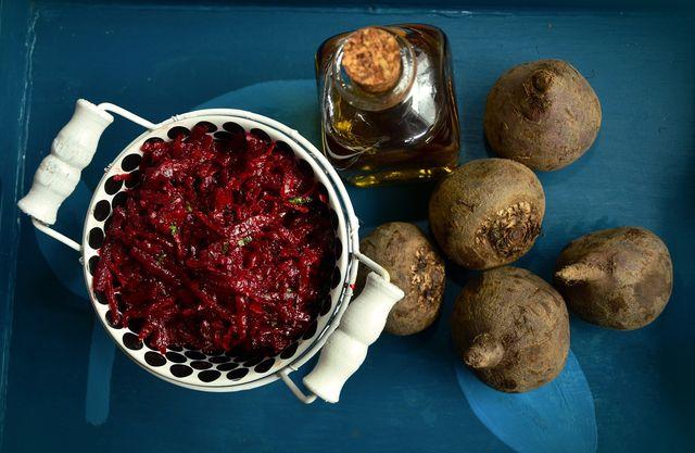 Rote Bete gelten nicht umsonst als eine der gesündesten Gemüsesorten und versorgen dich mit einer guten Portion an Mikronährstoffen.