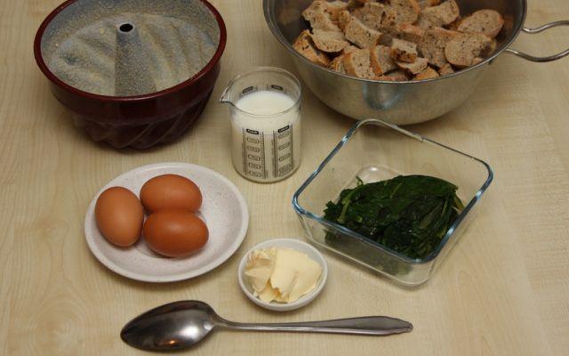 Pikanter Brotpudding mit Spinat ist eine gute Verwertung von älterem Brot.