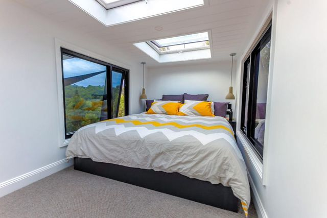 Im oberen Stockwerk ist genug Platz für zwei Schlafzimmer mit Doppelbett.