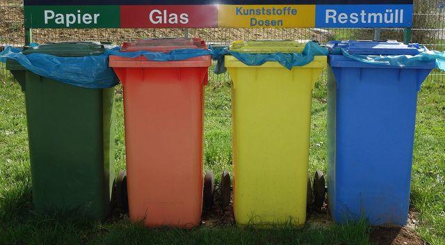 Wenn du deine Wohnung entrümpelst, solltest du auf eine korrekte Mülltrennung achten.